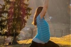 Yogaübung für Baby und Mama in der Morgensonne
