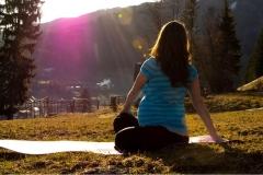 Wirbelsäulendrehung im Sonnenschein in Tamsweg